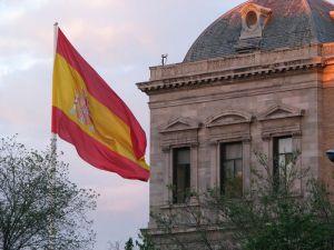 esp 1200px-Bandera_Nacional_de_España_Pl._Colón_Madrid_03