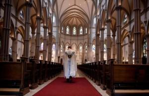 Svećenik-u-crkvi