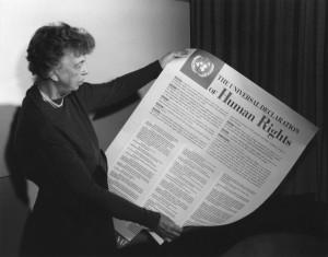 06_culo_izbor_potpis_eleanor_roosevelt_drzi_opcu_deklaraciju_o_ljudskim_pravima_iz_1948